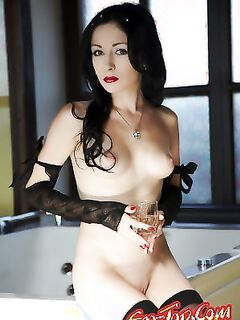 Изысканная брюнетка  Эротика. Смотреть фото красивых голых девушек бесплатно