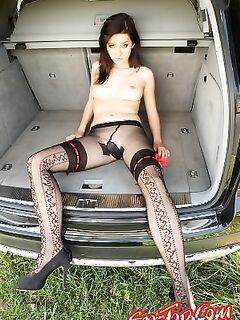 Девушка в багажнике
