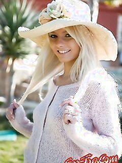 Голая девушка в шляпе