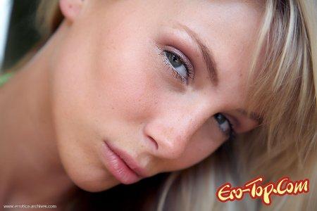 Блондинка на полу