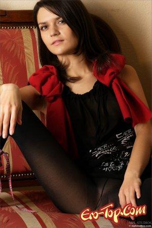 Стройная девушка в чёрных колготках - фото.