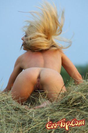 Девушка в сене