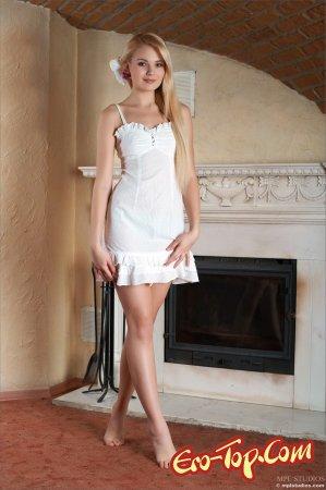 Блондинка в белом платье