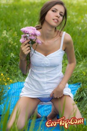 Девушка в травке
