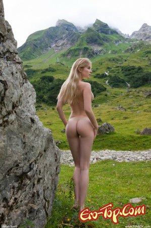 Девушка на альпийских лугах