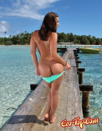 Голая на острове
