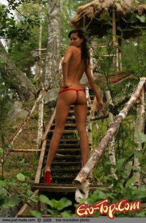 Голая девушка в лесу