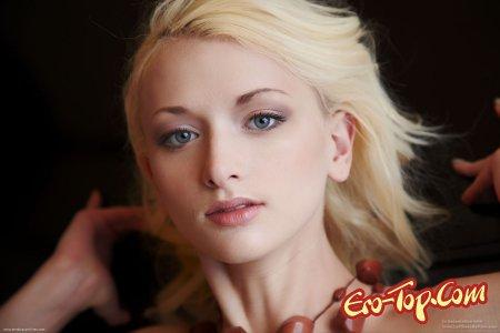 Стройная блондинка