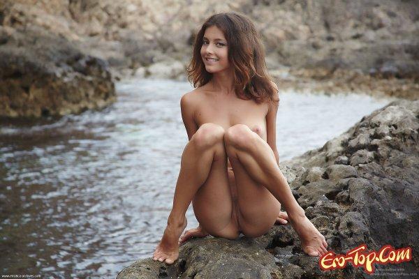 Молодая девушка на море