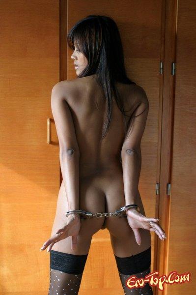 Голая в наручниках