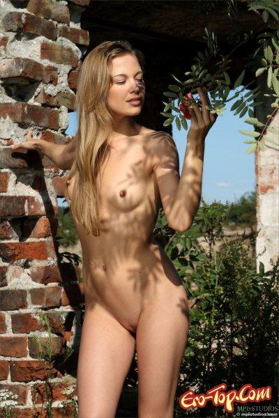 Красивая голая блондинка