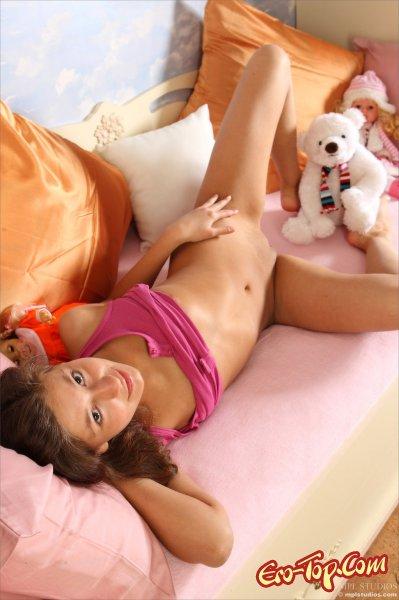 Голая девушка с игрушкой
