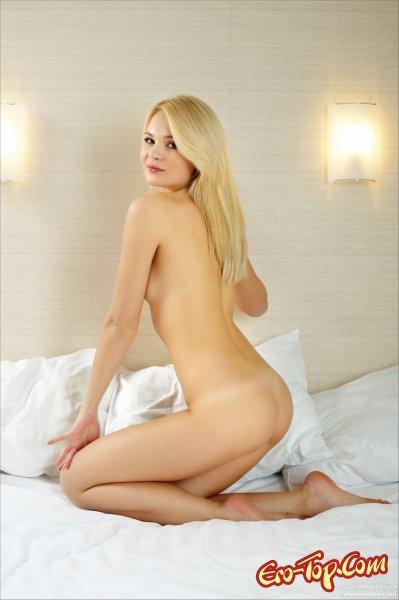 Молодая в постели