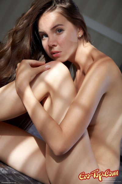 Молодая голая студентка