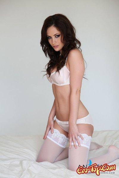 Anastasia Harris в белом белье.