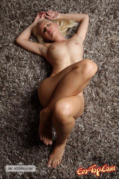 Голая на ковре
