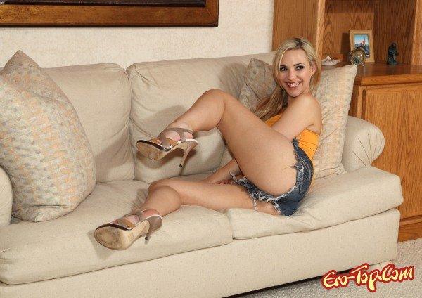Sophia Knight на диване  Эротика. Смотреть фото красивых голых девушек бесплатно