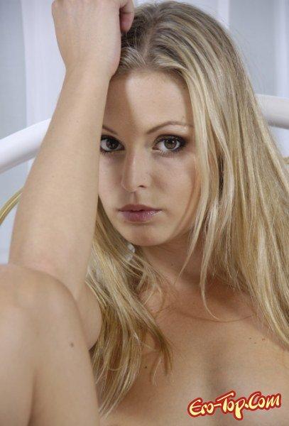 Загар на белоснежной кровати  Эротика. Смотреть фото красивых голых девушек бесплатно