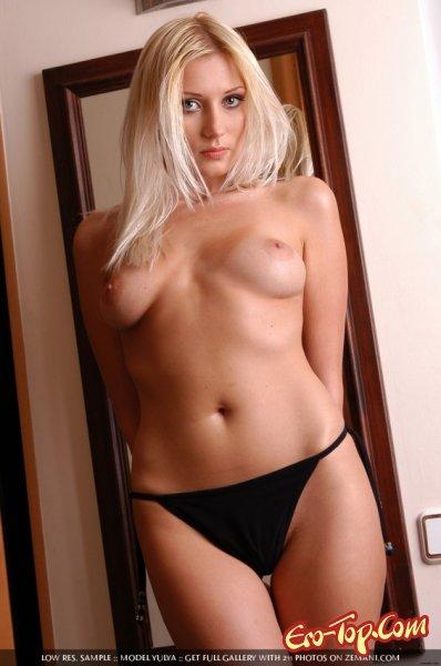 Длинноногая блондинка